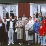 Framför Andreas Torkelssons stuga i Mariebergsparken. Från släktmötet 1987. Foto Ronny Johansson.