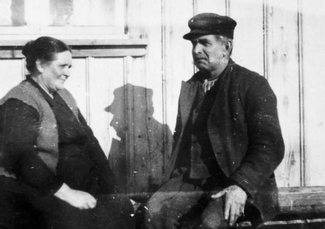 Anna och Anders på äldre dagar utanför huset. Foto från omkring 1940.