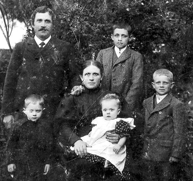Anna och Anders Bengtsson med barnen, från vänster Ture, Torborg, Karl Theodor och Jean. Fotot troligen från 1907.