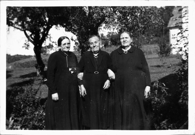 Anna, Klockareg Horred, Beda, Gullberg Kinna, Anna på Vilgsberg Fotskäl, 3 Kusiner. [Anna Bengtsson f. 1869, Beda Svensson f. 1866, Anna Månsson f. 1867]