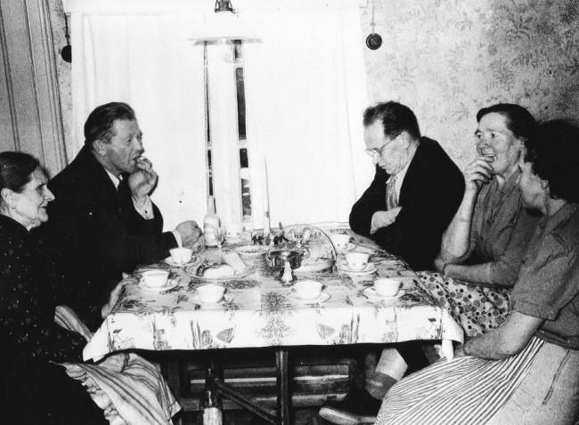 Söndagskaffe hos Anna i mitten av 1950-talet. Från vänster Anna, Bror Johansson, Jean Broberg, Signe Broberg och Torborg Johansson. Foto Kjell-Åke Brorsson.