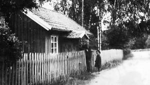 Anders Theodor Persson med fosterdotter utanför stugan i Vasse by i Horred.