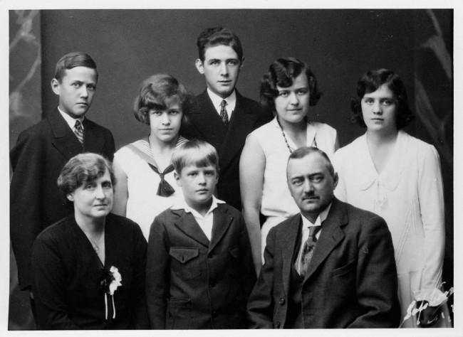 Fam. Anders och Bertha Andréen. Astas och Olles konfirmation 1930. Från vänster nedtill: Bertha, Orvar, Anders. Upptill: Olle, Inger, Berthel, Greta, Asta.