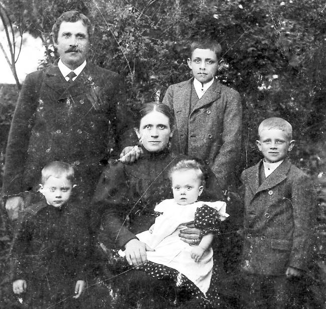Familjen i Klockaregården. Foto från omkring 1908. Anders och Anna med barnen. Överst till höger Karl Teodor. Nederst från vänster Ture, Torborg och Jean.