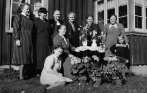 Karolina (Lina) Karlsson (sittande vid bordet) firar födelsedag med släktingar. Bilden är från hennes stuga i Edared, Fotskäl.