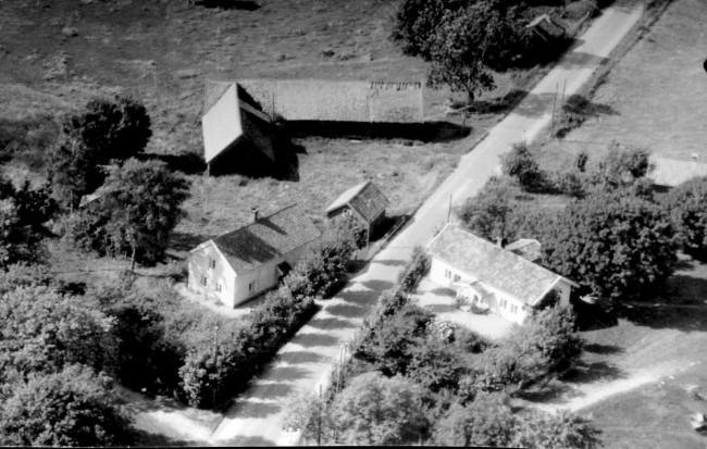 """Klockaregården Horred. Klockaregården """"Annas"""" på vänstra sidan av Helsjövägen. Till höger Klockaregården """"Haralds"""" numera säte för Horreds Hembygdsförening med Hembygdsmuseet inrymt i före detta ladugården. Foto från omkring 1950."""