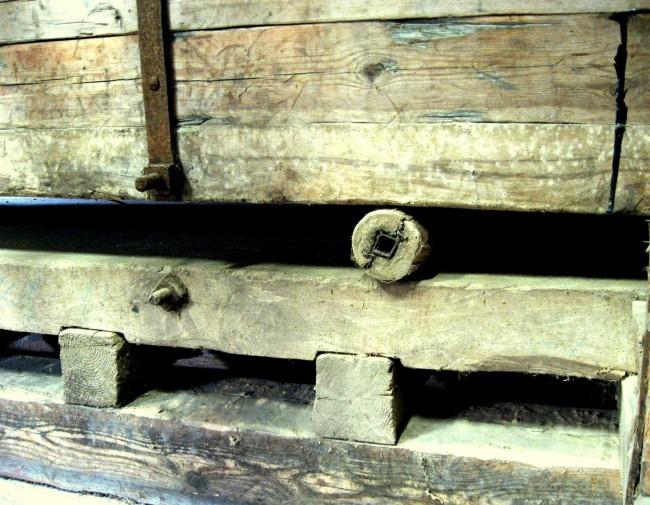 Kaveln eller kövlet där linnegodset var rullat. Foto från 2006.
