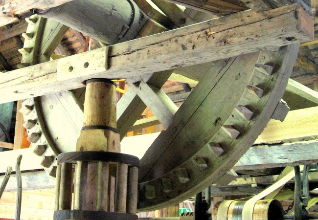 Kugghjulet med en diameter på 2,3 meter. Vid hästvandringen fördes kraften över till mangeln via en träaxel. Foto från 2006.