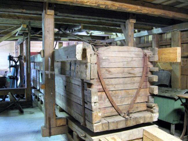 Stenmangeln i hembygdsmuseet, mangelkistan fylld med sten väger ca 20 ton. Foto från 2006.