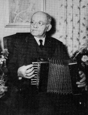 Carl Hjalmar Andersson på äldre dagar med sitt dragspel.