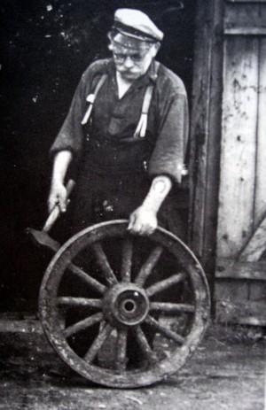 Carl Hjalmar Andersson utanför smedjan. På vänster arm syns hans tatuerade hästsko.