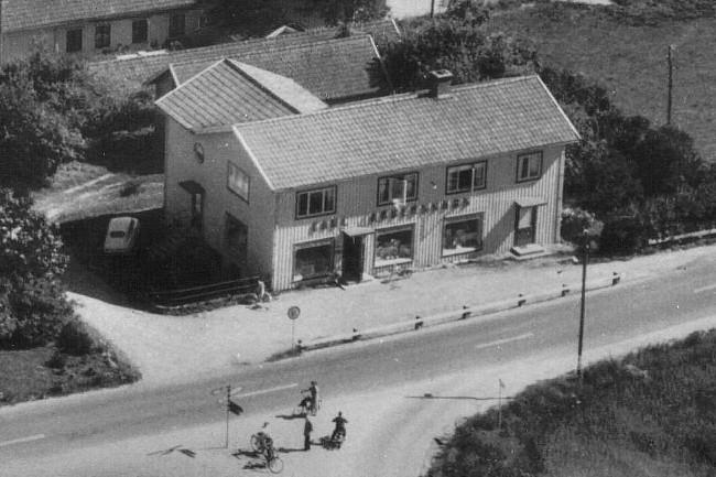 Carl Anderssons lanthandel en varm sommardag på 1960-talet. Till vänster går vägen mot Borås och till höger mot Varberg.