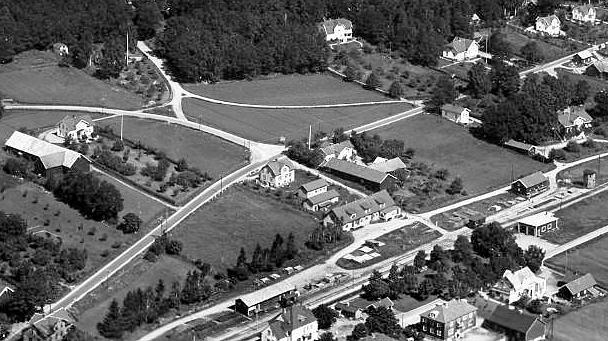 Horreds centrum omkring 1935. Carl Anderssons affär i mitten av bilden hitom vägen Varberg-Borås. Till vänster ligger Andersgården och i mitten längst ner syns järnvägsstationen.