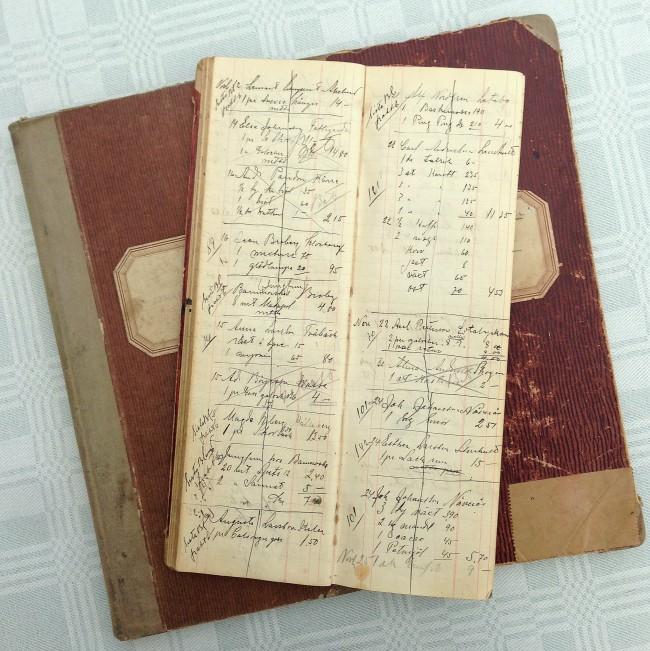 """Dessa slitna kontraböcker, även kallade """"bodkladdar"""" är från 1930, 1940 och 1950-talet."""