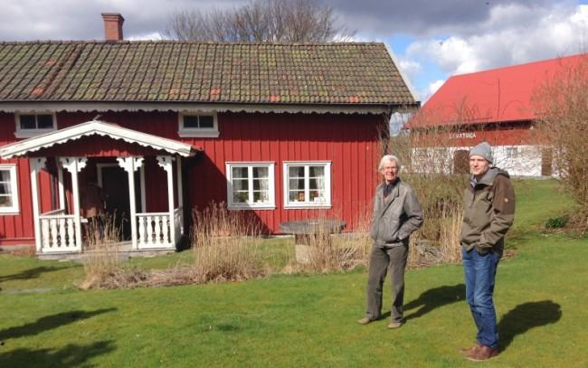 Sven-Arne Svenheden och Fredrik Nilsson. Klockaregården med hembygdsmuseet till höger.