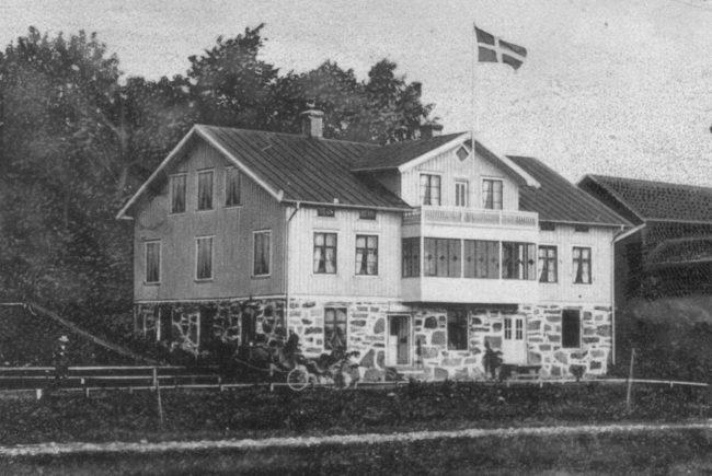 Gammal bild på Framnäs. Här i källaren hade John Johansson skoförsäljning.
