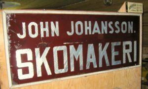 Skyltar på skomakerihusets utsida. Johan Johanssons Skomakeri, Horred.
