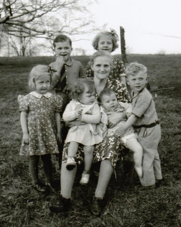 Efter nästan 20 år fick Alfrida Persson träffa sina fyra barn som emigrerat och de sex barnbarnen som bara talade engelska. Bakom farmor står Larry Pearson och Hildegard Eckman, tv June Bailey, th Ranold Zetterqvist och i famnen Kay Pearson och lilla Eileen Smelko. Foto 1938.