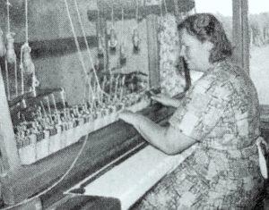 Alma Johansson vid vävstolen med linneduk.