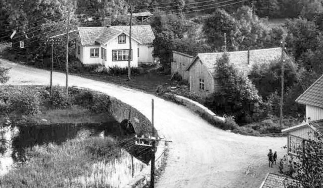 Bostadshuset och uthus. Foto: Kjell-Åke Brorsson från 1970-talet.