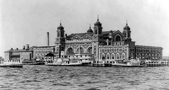 Ellis Island utanför New York, var från år 1892 den första anhalten för emigranterna. Här skedde olika kontroller .och hjälp att komma vidare.