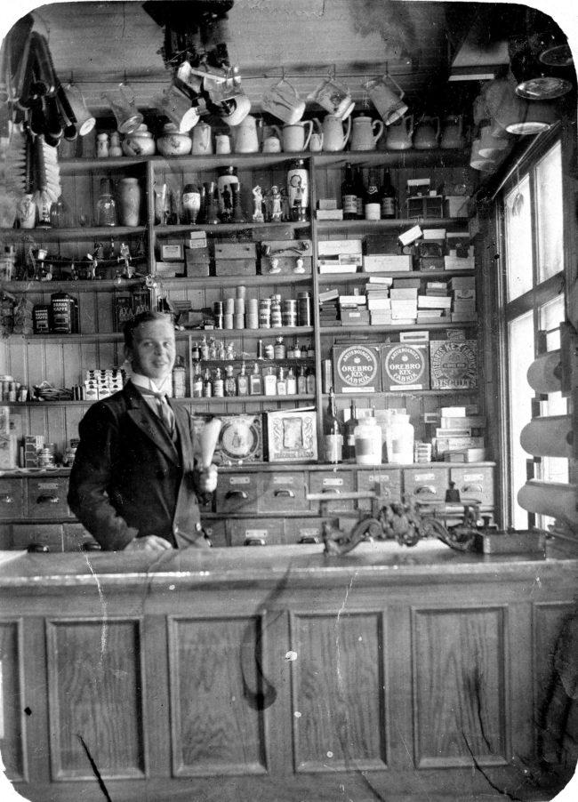 Erik Johansson som affärexpedit. Bild från början av 1910-talet