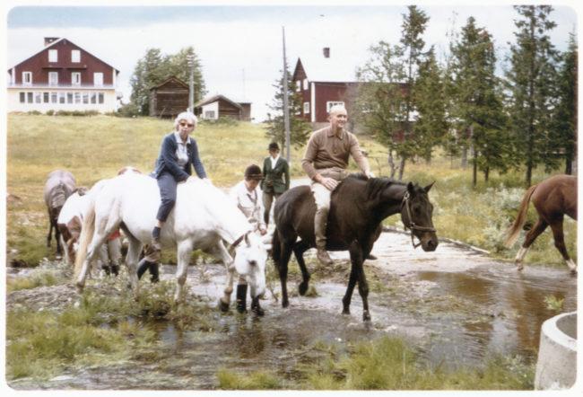 """Mamma Gertrud på Pippi Långstrumps häst """"Lilla Gubben"""" Vallbo sommaren 1971."""