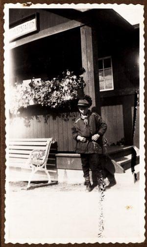 Lappgossen vid Abisko turiststation. Foto Gärda Månsson 1938.