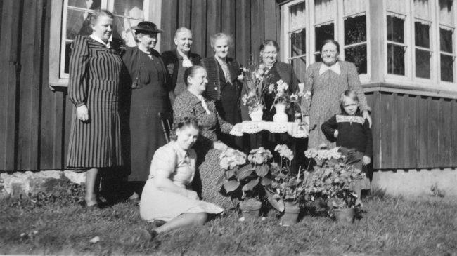 Lina Karlsson fyller 70 år. Stående från vänster Karin Bengtsson, okänd väninna, Charlotta Börjesson, Alfrida Persson, Gerda Bergström, Anna Bengtsson, Kjell-Åke Brorsson och sittande jubilaren Karolina Karlsson och Thea Karlsson. Edared Karlsberg, 5 maj 1943.