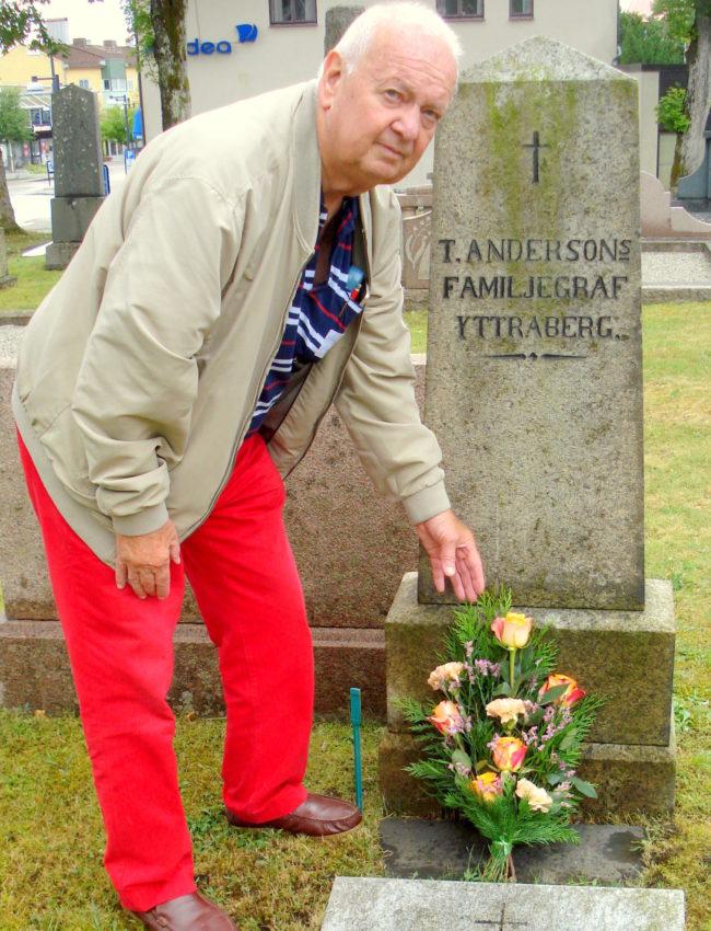 Ronny Johansson Andreas-grenen, lägger ner en blomma på Torkel Anderssons familjegrav på Kinna kyrkogård.