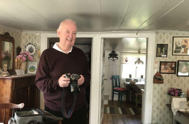 Ronny Johansson med kamera för att som vanligt dokumentera våra styrelsemöten. Foto: Kjell-Åke Brorsson, april 2017.