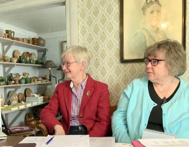 Elisabeth Bergdahl och Ann-Mari Andersson. I bakgrunden skymtar krukmakeriutställningen. Foto: Kjell-Åke Brorsson, april 2017.