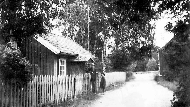 Theodor Persson med fosterdotter vid bostadshuset nära Vasse damm. Bild troligen från 1930- talet