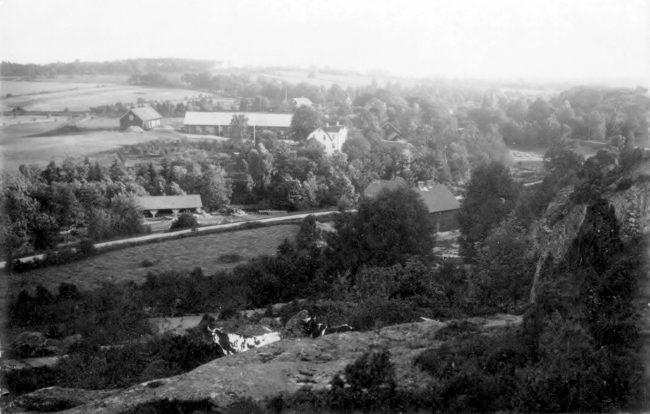Nertill vänster sågverket, överst Vasse gård och en ljusgrå gavel är Vasse kvarn. Byggnader nertill höger är troligen garveriet och ´garvarns´ hus. Vägen är den gamla mellan Varberg och Borås. Bilden är tagen före 1923.