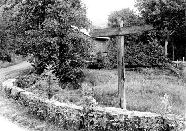 Gammal vägvisare Varberg-Borås vid Vasse bro. Till vänster stod det Borås och till höger Varberg. Foto: Kjell-Åke Brorsson från 1970-talet.