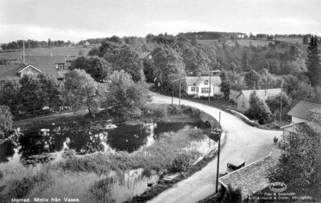 Vasse damm med bron och den gamla landsvägen Varberg-Borås. Till höger går gamla Helsjövägen. Foto troligen från 1930-talet.