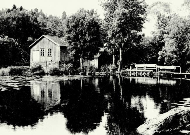 Vasse damm med Frörenseriet och agnaskjulet, till höger fördämningen vid vattenfallet. Foto: Kjell-Åke Brorsson från 1950-talet.