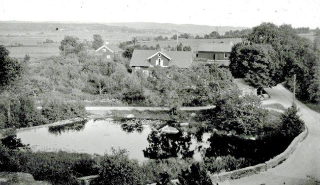 Vasse damm och Vasse bro och i fjärran skymtar Istorp. Foto troligen från 1920-talet.