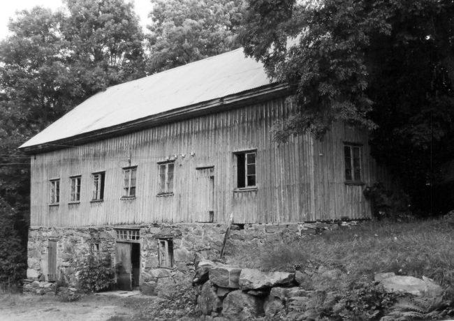 Vasse kvarn från 1868. Här pågick en betydande kvarnverksamhet i drygt 100 år. På baksidan fanns en kanal med vattenhjul som drev kvarnen. Foto: Kjell-Åke Brorsson från 1970-talet.