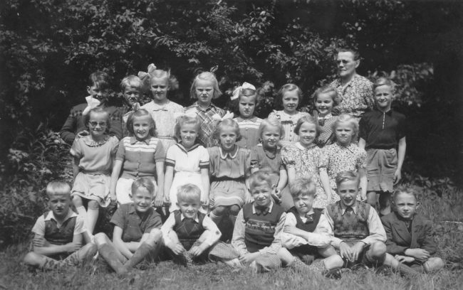 Klass ett och två 1945, var lärarinnan Ester Anderssons sista klasser.