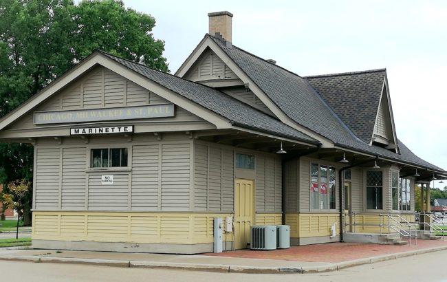 Den före detta järnvägsstationen i Marinette som den såg ut 2018. Foto: Ingela Andersson 2018.