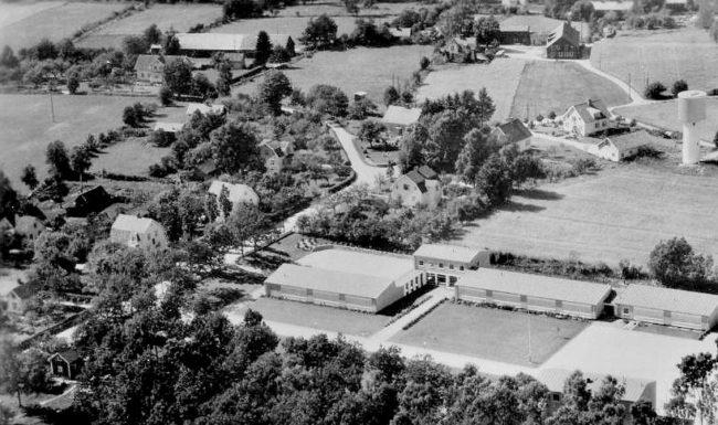 Sjöbyområdet med Ståhls Herrskrädderi längst vänster i mitten av bilden. Till höger vattentornet och nedtill Sjöbyskolan. Foto från slutet av 1950-talet.